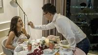 <p>Sekarang kalau makan malam romantis enggak berdua lagi nih, tapi bertiga. Sweet banget ya ayah David. (Foto: Instagram @shandyaulia) </p>