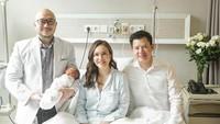 <p>Potret keluarga kecil Shandy dan dokter yang membantu menangani proses persalinannya nih, Bun. (Foto: Instagram @shandyaulia) </p>