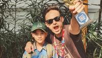 <p>Ashraf sangat dekat dengan putra semata wayangnya, Noah. Sebagai ayah, aktor berdarah Inggris ini juga selalu mendukung berbagai kegiatan Noah. Ia bahkan pernah mendapat Piala Best Dad Ever. (Foto: Instagram @ashrafsinclair)</p>