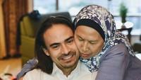 <p>Ashraf Sinclair dikenal dekat dengan seluruh keluarganya, terutama sang ibu, yang sangat ia sayangi. (Foto: Instagram @ashrafsinclair)</p>