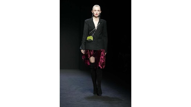 Sebagai pembukaan Milan Fashion Week, desainer China, Han Wen memerkan koleksinya sebagai dukungan untuk China membasmi corona.