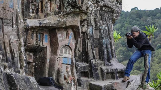 Selama 40 tahun, Alberto Gutierrez memilih hidup menyendiri di pegunungan untuk mewujudkan mimpinya, yaitu mengukir patung di bebatuan pegunungan.