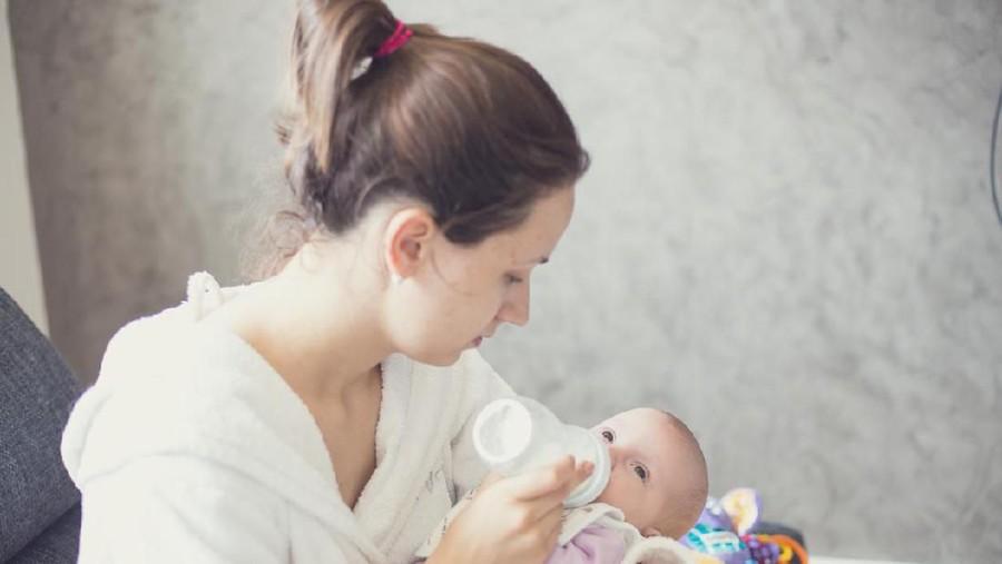 Ibu Menyusui, Simak Aturan Aman Memberikan Sufor dan ASI pada Si Kecil