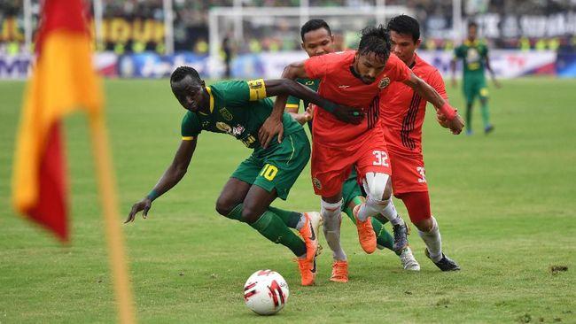 Persebaya Surabaya menunjukkan komitmen mendukung kebangkitan sepak bola dengan menggunakan 100 persen pemain lokal di Piala Menpora 2021.