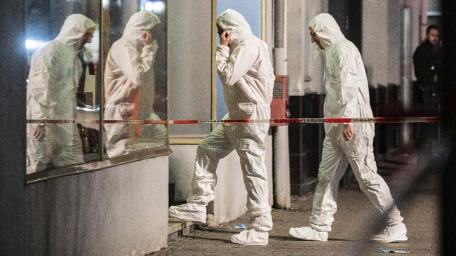 Forensics enter a building at the scene after a shooting in central Hanau, Germany Thursday, Feb. 20, 2020. Eight people were killed in shootings in the German city of Hanau on Wednesday evening, authorities said. (Andreas Arnold/dpa via AP)