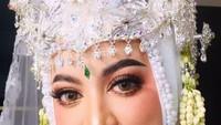<p>Jane tampak sangat anggun dan cantik dengan balutan kebaya putih, lengkap dengan siger Sunda berhias kembang ini ya, Bunda. (Foto: Instagram @janeshalimar_1)</p>