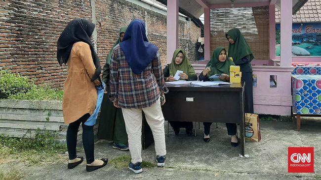Razia busana di Aceh menjaring pria dan wanita yang melanggar aturan busana sesuai syariat, termasuk wanita yang mengenakan kemeja flanel.