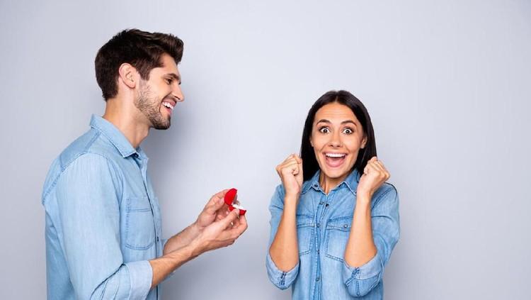Suamiku sering bercanda. Saat dia melamar, aku pun curiga karena takut di-prank. Tapi kata-katanya saat melamar tetap bikin aku senyum-senyum sendiri.