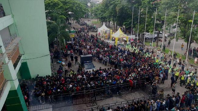 Aksi para calo tiket Persebaya vs Persija yang menyebabkan harga melambung membuat sejumlah Bonek kesal.