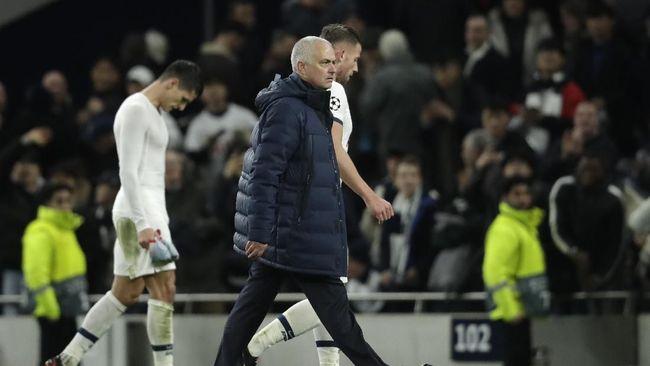 Jose Mourinho dulu senang main bertahan dan kini justru tak punya striker saat ia butuh penyelesai serangan.