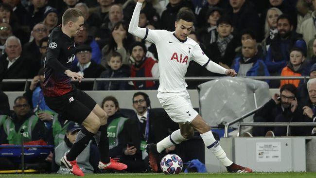Gelandang Tottenham Hotspur, Dele Alli, meluapkan kemarahan usai ditarik keluar oleh Jose Mourinho saat takluk dari RB Leipzig di Liga Champions.