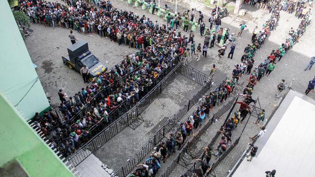 Ribuan pendukung Persebaya Surabaya antre untuk mendapatkan tiket laga melawan Persija Jakarta di final Piala Gubernur Jatim 2020.