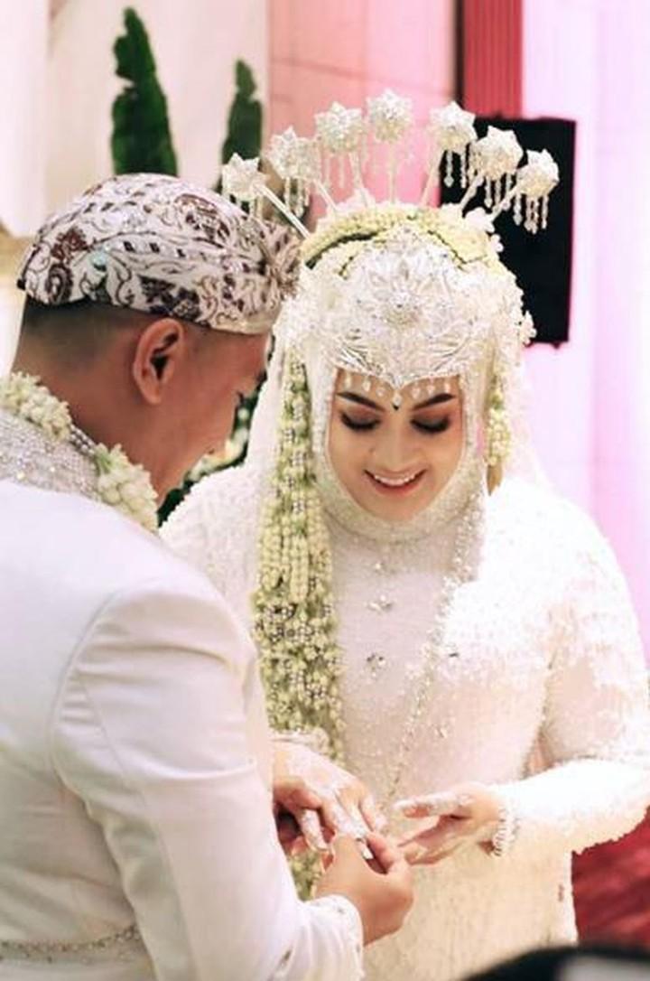 Hari ini menjadi hari paling bahagia bagi Jane Shalimar, Bunda. Pasalnya, ia resmi menjadi istri Arsya Wijaya. Intip deretan momen pernikahan mereka yuk.