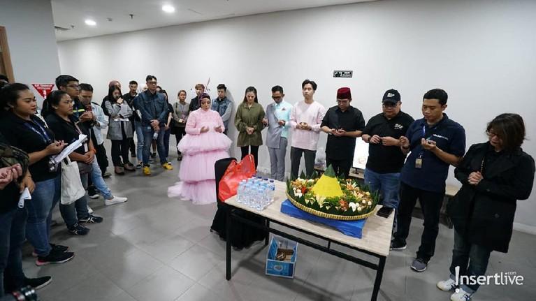 Tim hingga bintang tamu Korean Wave in Love melakukan doa bersama dan memotong tumpeng.