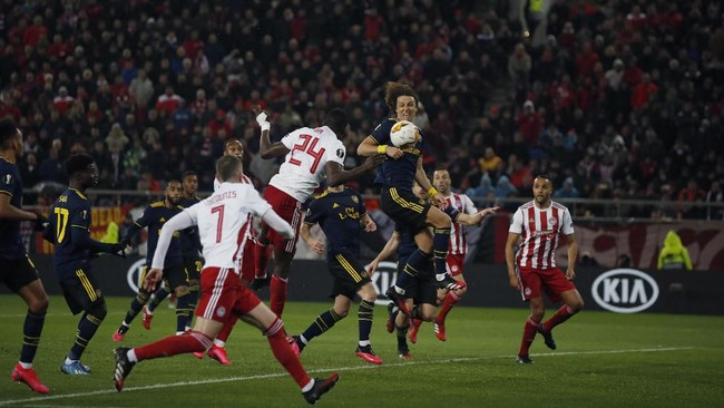 Manchester United harus puas hanya bermain imbang sedangkan Arsenal memetik kemenangan pada leg pertama 32 besar Liga Europa.