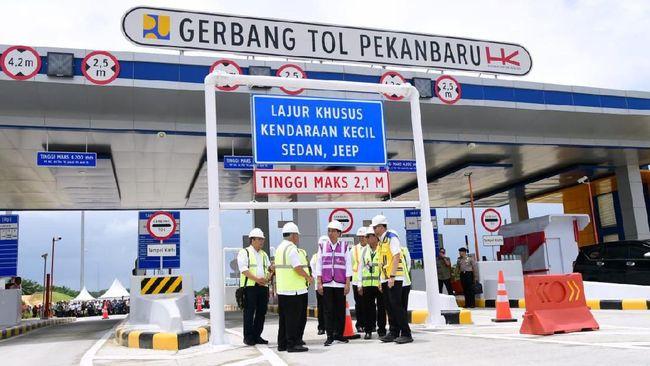 Presiden Joko Widodo meninjau ruas Tol Pekanbaru-Dumai Seksi I, Jumat (20/2)
