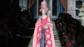 Jerremy Scott menampilkan koleksi terbarunya untuk Moschino. Koleksi ini terispirasi dari Marie Antoinette dan obsesinya pada kemewahan serta kue.
