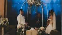 <p>Pasangan ini terlihat sangat bahagia di hari pernikahan mereka.(Foto: Instagram @rizalkoms_official)</p>