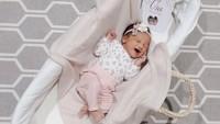 "Enggak terasa, si baby sudah satu minggu lahir ke dunia. ""Kazumi's first week,"" tulis Shabrina. [Foto: Instagram @shabrinaautomo]"