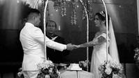 <p>Sheila Marcia dan Dimas tampak serasi dengan baju pengantin berwarna putih ini ya.(Foto: Instagram @bang_hank_key) </p>