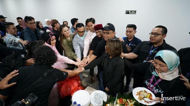 Usai memotong tumpeng, para pengisi acara dan tim acara Korean Wave in Love berkumpul demi kelancaran acara.