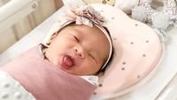 "Duh, bikin gemas deh ekspresi baby Kazumi. ""<em>Hello world, i have arrived! My name is Kazumi Aara Utomo but you can call me Kazumi or Mii-chan!</em>"" tulis Ryuji. [Foto: Instagram @ryujiutomo]"
