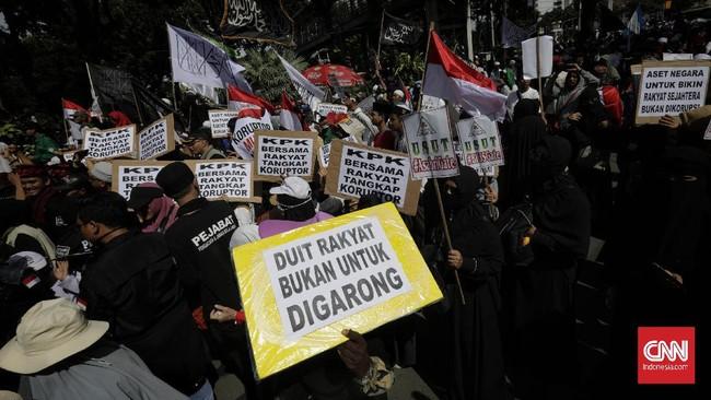 Massa menggelar Aksi 212 menuntut kasus korupsi besar diusut. Aksi dimotori oleh FPI, GNPF Ulama dan Persaudaraan Alumni (PA) 212.