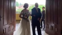 <p>Sheila Marcia sangat cantik dengan balutan gaun pengantin. (Foto: Instagram @rizalkoms_official) </p>