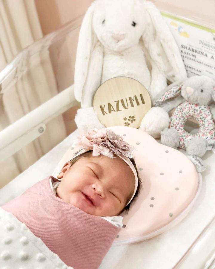 Bek Persija Jakarta, Ryuji Utomo dan istri, Shabrina Ayu membagikan momen bahagia kelahiran putri pertama mereka. Lihat yuk foto-foto bayinya yang menggemaskan.