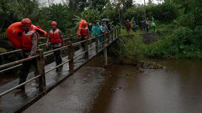 Total dua orang tewas setelah hanya saat banjir, Selasa (25/2) lalu. Dari empat remaja yang hanyut, dua bisa diselematkan dan dua tewas.