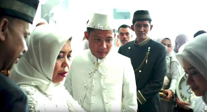 Pesepakbola timnas Evan Dimas menikah dengan kekasihnya, Zahra Hakim pada Sabtu (22/2/2020). Acara akad nikah digelar di Surabaya. Intip momen keduanya di sini.