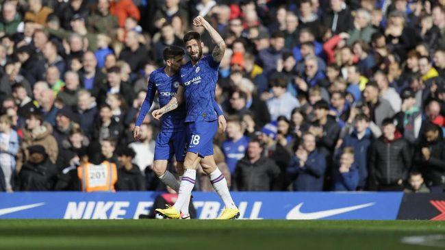 Chelsea meraih kemenangan ke-13 di Liga Inggris musim ini usai mengalahkan Tottenham Hotspur 2-1, Sabtu (22/2).