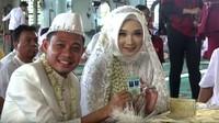 Usai ijab kabul, Evan Dimas dan Zahra Hakim berfoto pamerkan buku nikah dan kartu nikah. (Foto: YouTube Mahar Agung Organizer)
