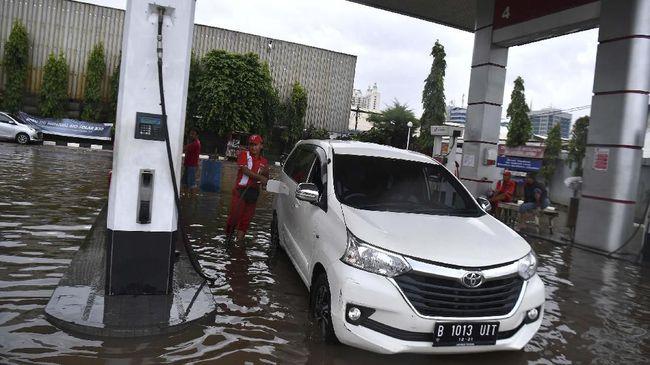 Pertamina menyatakan 4 SPBU berhenti operasi sementara karena banjir akhir pekan kemarin. Dari jumlah itu, 3 terdapat di Karawang dan 1 di Jakarta Selatan.
