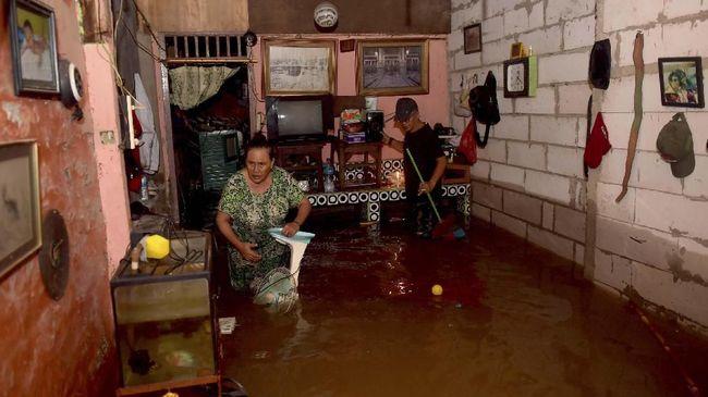 Sejumlah daerah di Bekasi Selatan mengalami banjir, Selasa (25/2), mulai dari rata-rata 50 sentimeter dan listrik telah dipadamkan.