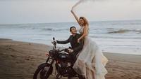 <p>Mezty tampak cantik mengenakan gaun putih, berpose dengan Gerald yang naik motor di pinggir pantai saat foto pre-wedding. (Foto: Instagram @meztymez)</p>