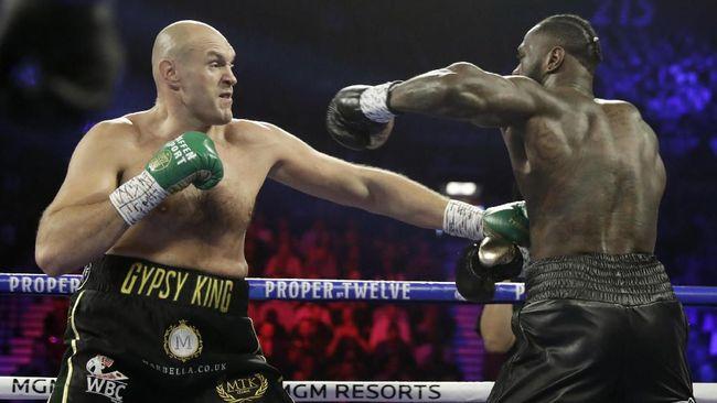 Pihak Deontay Wilder melempar handuk di ronde ketujuh setelah Tyson Fury tampil dominan sepanjang pertarungan.