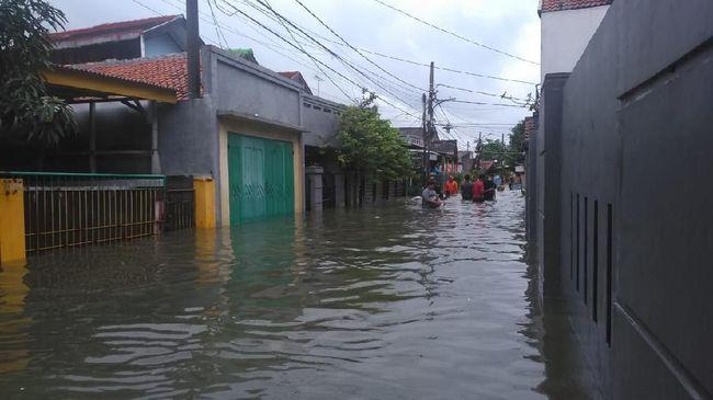 Banjir merendam ratusan rumah di dua daerah di Jakarta Timur. Sebagian warga memilih mengungsi, tapi ada pula yang bertahan.