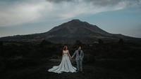<p>Kedua sejoli ini juga mengabadikan momen kebersamaan sebelum menikah di daerah Kintamani, Bali. (Foto: Instagram @meztymez)</p>