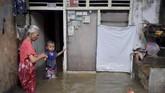Hujan deras yang terjadi sejak Minggu (23/2) dini hari membuat sejumlah wilayah di ibu kota Jakarta diterjang banjir. Ratusan rumah terendam.