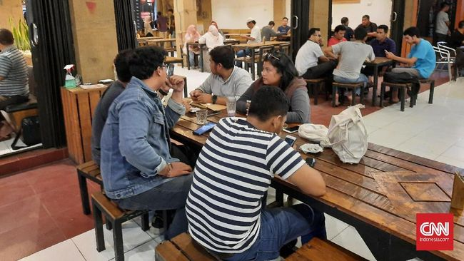 Selain warung kopi, lokasi berkumpul warga yang lain juga diminta untuk tutup sementara untuk menghindari wabah corona.