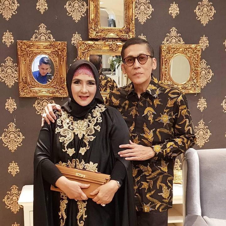 Yati Oktavia dan Pangky Suwito tetap mesra dan harmonis, meski tidak eksis lagi di dunia hiburan dan sedang merambah dunia kuliner. Mereka jualan bakso.