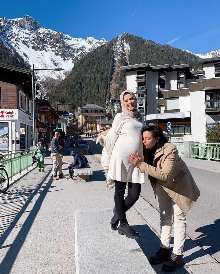 Pasangan Cut Meyriska dan Roger Danuarta tengah berbahagia nih, Bunda. Cut Meyriska kini berbadan dua. Intip potret kebahagiaan mereka yuk.