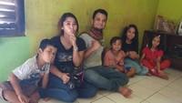 <p>Keluarga Panji Petualang juga sesekali mengunjungi keluarga yang juga menyukai reptil. (Foto: Instagram @panjipetualang_real)</p>
