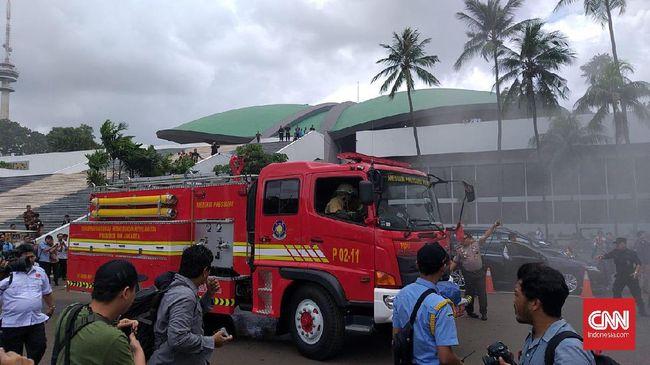 Sejauh ini, dua mobil pemadam kebakaran sudah dikirim ke Gedung Nusantara III, kompleks DPR/MPR, Jakarta.