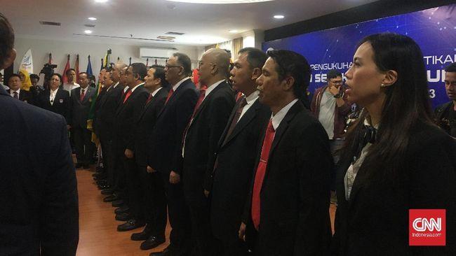 Ketua Umum KONI Pusat, Marciano Norman, resmi melantik kepengurusan PSSI 2019-2023 di Kantor KONI Pusat, Jakarta, Senin (24/2).