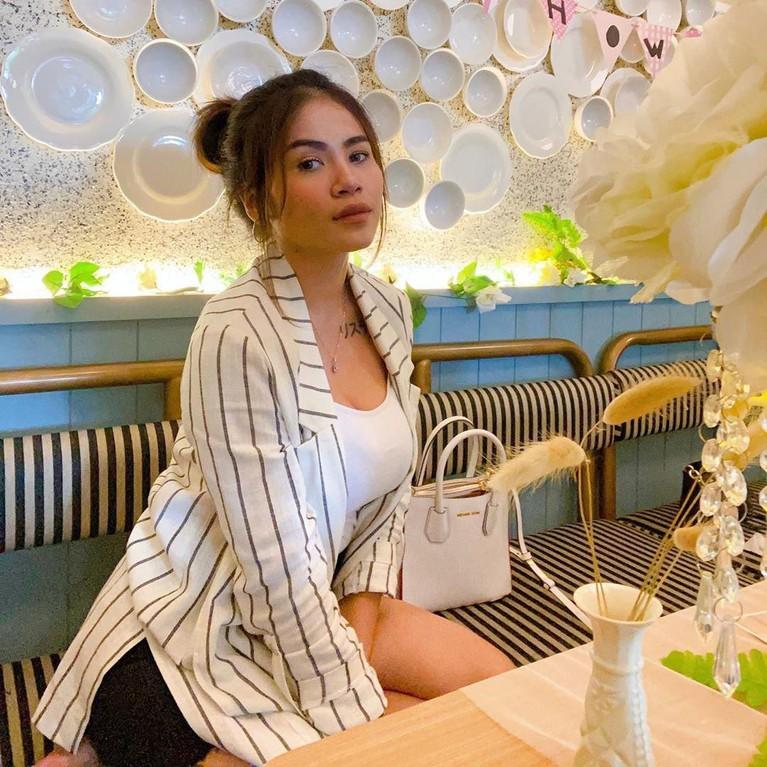 Istri komedian Uus, Kartika Wijaksana kerap mengunggah foto dirinya dengan gaya seksi di Instagram.