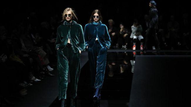 Demi mencegah penyebaran virus corona, desainer Giorgio Armani gelar peragaan busana dalam ajang Milan Fashion Week 2020 secara tertutup.