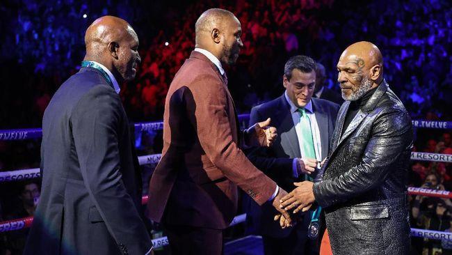 Promotor Tinju Frank Warren menganggap nama Mike Tyson terlalu dibesar-besarkan dan tidak memiliki kemampuan mengalahkan Muhammad Ali.
