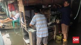 Tetap Berjualan di Kepungan Banjir Jakarta